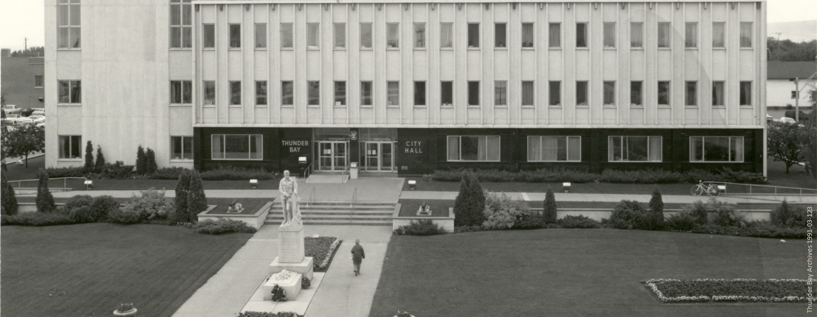black and white photo of Thunder Bay City Hall in 1970s